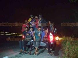 Coatzacoalcos, Ver., 21 de agosto de 2019.- Migrantes asiáticos fueron localizados cuando caminaban en la autopista La Tinaja-Cosoleacaque. El Grupo Beta los auxilió y los trasladó a Minatitlán.