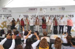 Xalapa, Ver., 21 de agosto de 2019.- El gobernador del Estado, Cuitláhuac García dio el banderazo de inicio de la distribución de útiles escolares ciclo escolar 2019-2020.