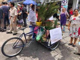 Xalapa, Ver., 21 de agostode 2019.- Para denunciar abusos del Ayuntamiento tras el decomiso de mercancía, comerciantes bloquearon el paso en la esquina de Altamirano y Revolución en el Centro de Xalapa, complicando aún más la vialidad en la zona.