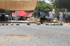 Chalma, Ver., 21 de agosto de 2019.- Desde las 17:00 horas de este martes, más de 200 transportistas del Mixto-Rural bloquearon la carretera Chalma-Huejutla, pues demandan que puedan operar libremente entre Veracruz e Hidalgo. Esta exigencia la han hecho desde hace más de dos meses.