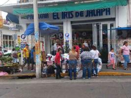 Xalapa, Ver., 21 de agosto de 2019.- Tras pelearse con inspectores de Comercio, ambulantes regresaron sus puestos a las afueras de papelerías en Altamirano y Revolución.