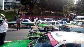Xalapa, Ver., 22 de agosto de 2019.- Para presionar a las autoridades de educación, habitantes de Chicontepec que exigen una escuela bilingüe cerraron por unos minutos la avenida Lázaro Cárdenas, frente a la SEV, la mañana de este jueves.