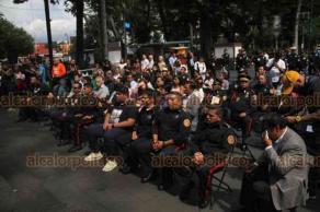 """Xalapa, Ver., 22 de agosto de 2019.- En el parque Juárez, autoridades celebraron un acto solemne por el Día Nacional del Bombero, entregando equipo a los """"tragafuegos""""."""