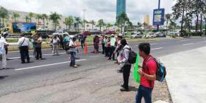 Xalapa, Ver., 22 de agosto de 2019.- Tras una fallida reunión con autoridades de la SEV, habitantes de Chicontepec volvieron a bloquear cerca de 30 minutos ambos carriles de la avenida Lázaro Cárdenas. Después, reingresaron a la dependencia.