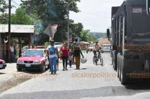 Chalma, Ver., A 22 de agosto de 2019.- Por tercer día consecutivo, transportistas del Servicio Mixto-Rural mantienen bloqueada la carretera hacia Hidalgo. Este día, pararon un taxi de aquella entidad que pretendía cruzar a Veracruz.
