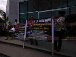 Poza Rica, Ver., 22 de agosto de 2019.-Un grupo de 150 profesores de la Sección 32 del SNTE se manifestaron afuera del Hospital del ISSSTE y con pancartas acusaron malos tratos del personal médico.