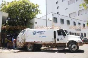 Veracruz, Ver., 23 de agosto de 2019.- No tardó en recular el alcalde Fernando Yunes, quien este jueves aseguró que dejarán de recoger la basura de dependencias estatales, incluido el Hospital Regional, por el cierre del basurero municipal. Hoy viernes, un camión de Limpia Pública llegó al nosocomio.