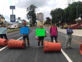Xalapa, Ver., 23 de agosto de 2019.- Nuevamente, la tarde de este viernes, padres de familia de Chicontepec bloquearon la avenida Lázaro Cárdenas, frente a la SEV.