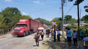 Chalma, Ver., 23 de agosto de 2019.- Para continuar las negociaciones con autoridades, transportistas del servicio Mixto-Rural abrieron el paso en la carretera que conecta con Hidalgo, la tarde de este viernes.