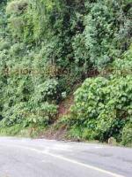 Teocelo, Ver., 24 de agosto de 2019.- La mañana de este sábado, la carretera que conduce a Teocelo se observa despejada luego de que la noche de este viernes se desprendieran piedras, tierra y troncos en la Barranca Matlacobatl.