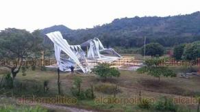 """Espinal, Ver., 24 de agosto de 2019.- El domo de la escuela """"Nezahualcóyotl"""" se derrumbó tras la atípica lluvia y caída de granizo en esta región serrana."""