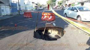 Veracruz, Ver., 24 de agosto de 2019.- Se presentó un socavón sobre la calzada Lázaro Cárdenas, generando problemas para los conductores y motociclistas, así como transporte público.