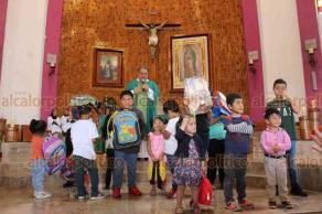 Xalapa, Ver., 25 de agosto de 2019.- En la Basílica Menor de Nuestra Señora de Guadalupe, el padre Gilberto Suárez Rebolledo pidió a los niños que pasaran al frente del altar para hacer la bendición de mochilas para el nuevo ciclo escolar.