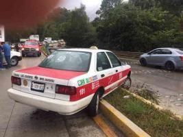 Xalapa, Ver., 13 de septiembre de 2019.- Accidente sobre la carretera Xalapa-Coatepec a la altura de Río Sordo, una camioneta Nissan y un taxi participaron, quedando la unidad de alquiler sobre el camellón en el carril con dirección a Coatepec, peritos de Tránsito del Estado tomaron conocimiento del percance del que no se reportan lesionados.