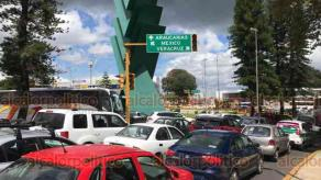 Xalapa, Ver., 14 de septiembre de 2019.- La circulación en la zona de Araucarias se encuentra paralizada debido a que no funcionan los semáforos por falta de energía eléctrica. Un par de horas después, llegaron elementos de Tránsito para agilizar la vialidad.