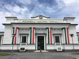 Veracruz, Ver., 15 de septiembre de 2019.- La fachada de la Primera Región Naval luce adornos alusivos a la Independencia de México. Los paseantes no dudan en tomarse la fotos.