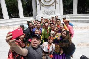 Ciudad de México, 15 de septiembre de 2019.- En el hemiciclo a Benito Juárez, en la Alameda Central, bailarines de la delegación de Sinaloa que participarán en el festejo del 209 Aniversario de la Independencia se tomaron la foto del recuerdo.