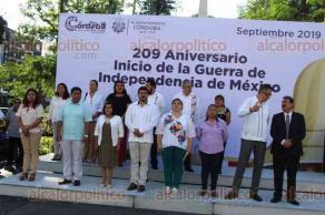 Córdoba, Ver., 16 de septiembre de 2019.- Autoridades conmemoraron el 209 aniversario de la Independencia con diversas actividades. Desde temprana hora iniciaron con el acto cívico, en el cual estuvieron presentes la alcaldesa Leticia López, regidores y el titular de la SEV, Zenyazen Escobar. Posteriormente, se dio paso al tradicional desfile.