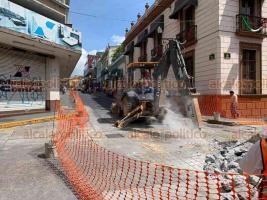 Xalapa, Ver., 17 de septiembre de 2019.- Además de los trabajos en la calle Allende, este martes las obras en Revolución iniciaron en la esquina con Juárez. En Juárez, no hay paso a vehículos desde Lucio hasta Clavijero, por donde los vehículos siguen subiendo.