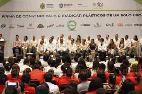 Boca del Río, Ver., 17 de septiembre de 2019.- Con la presencia del gobernador Cuitláhuac García, representantes de distintas empresas firmaron un convenio con el Gobierno de Veracruz para erradicar el plástico de un solo uso en la entidad, como un esfuerzo para combatir el daño ambiental.
