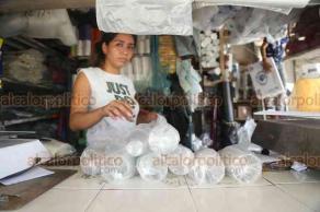 """Veracruz, Ver., 17 de septiembre de 2019.- Un paquete de bolsas de un kilo, hechas de polietileno, cuesta alrededor de 30 o 35 pesos; las biodegradables hasta 60 pesos el paquete, señalan vendedores de plásticos en el mercado """"Malibrán"""", quienes piden a las autoridades evaluar bien la prohibición de plásticos de un solo uso."""