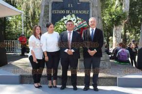 Xalapa, Ver., 19 de septiembre de 2019.- Miguel Ángel Jácome Domínguez, director general del Instituto de Capacitación para el Trabajo del Estado de Veracruz, realizó Guardia de Honor, junto con sus colaboradores, ante el monumento de Miguel Hidalgo.