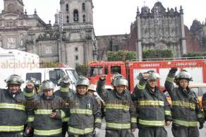 Ciudad de México, 19 de septiembre de 2019.- En el Zócalo, cuerpos de rescate rindieron un homenaje a las víctimas de los sismos de 1985 y 2017. Al lugar llegó un títere de mano del presidente Andrés Manuel López Obrador para tomarse la fotografía con los bomberos.