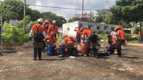 """Coatzacoalcos, Ver., 19 de septiembre de 2019.- La brigada de rescate """"Topos Tlatelolco Azteca"""" simuló ayudar a un trabajador que cayó a una cisterna a la cual daba mantenimiento. Actuaron con cuerdas, equipo de respiración y otras herramientas de auxilio."""