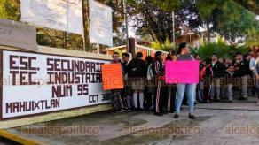 Coatepec, Ver., 20 de septiembre de 2019.- Como lo habían advertido este jueves, padres de familia de la escuela Secundaria Técnica 95 de la localidad de Mahuixtlan tomaron el plantel ante la falta de ocho docentes y libros de texto gratuitos.