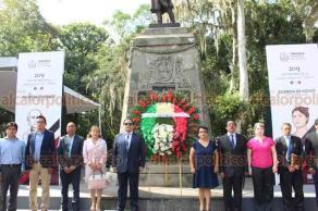 Xalapa, Ver., 20 de septiembre de 2019.- El secretario general del Sindicato Estatal de Trabajadores del Magisterio de Veracruz, Héctor Marcelo Ramírez Cahue, acompañado por profesores de diversos municipios, este viernes en Guardia de Honor ante monumento a Miguel Hidalgo.