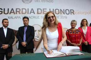 Xalapa, Ver., 20 de septiembre de 2019.- La presidenta del Desarrollo Integral de la Familia Municipal de Xalapa, Roció Córdova Plaza, acompañada por colaboradores, realizaron Guardia de Honor ante el monumento a Miguel Hidalgo.