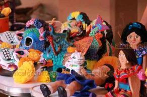 Orizaba, Ver., 20 de septiembre de 2019.- La tarde de este viernes, llegaron los expositores que participarán en el Primer Encuentro de Cartoneros. Se exhiben piezas hechas a base de cartón, entre las que destacan muñecas, alebrijes y máscaras.