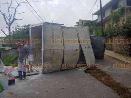 Xalapa, Ver., 20 de septiembre de 2019.- Un camión que cargaba harina y huevo para panadería volcó sobre la calle Centro América, esquina Panamá; el conductor perdió el control al maniobrar en reversa en una pendiente. No hubo lesionados.