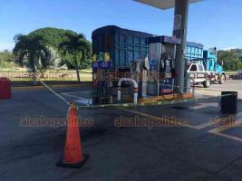 Tuxpan, Ver., 20 de septiembre de 2019.- La tarde de este viernes se registró el robo con violencia de una camioneta, en una gasolinera ubicada a un costado de la autopista México-Tuxpan; al lugar acudieron elementos policíacos.