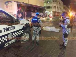 Veracruz, Ver., 20 de septiembre de 2019.- La noche de este viernes, un hombre murió al desvanecerse cuando cruzaba la avenida Zaragoza, esquina Aquiles Serdán.