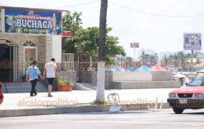 Veracruz, Ver., 21 de septiembre 2019.- Pese a operativos de Tránsito, turistas denuncian que palaperos de Villa del Mar condicionan lugares de estacionamiento y los apartan con sillas, tambos y demás, con el consumo en restaurantes.