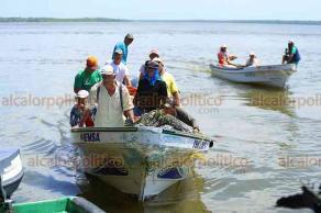 Alvarado, Ver., 21 de septiembre de 2019.- La palizada y basura que contaminan al río Blanco aún no afecta al sistema lagunar de Alvarado, donde la actividad pesquera continúa con normalidad.