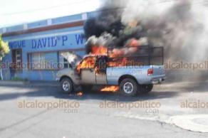Veracruz Ver., 21 de septiembre 2019.- Una camioneta se incendió a causa de un cortocircuito, en la avenida Revillagigedo, casi esquina con Pino Suárez. Bomberos llegó a socorrer a la llamada de auxilio del conductor que salió ileso.