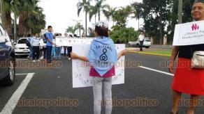 Orizaba, Ver., 21 de septiembre de 2019.- Decenas de personas, entre ellos monjas y sacerdotes, se reunieron en la calle aledaña al Poliforum Mier y Pesado para marchar por la Avenida Oriente 6.