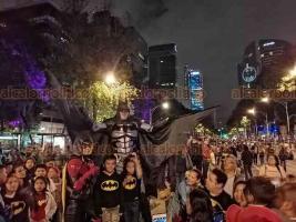 Ciudad de México, 21 de septiembre de 2019.- Durante la proyección de la Batiseñal, miles de fanáticos del Caballero de la Noche tomaron Paseo de la Reforma para festejar el 80 aniversario de Batman. El joven Bruno Villegas admira al hombre murciélago y se caracterizó para su festejo.