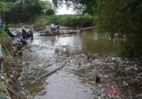 Veracruz, Ver: 22 de septiembre de 2019.- El lector Juan Rubén Prieto Hernández, compartió estas imágenes del exceso de basura que arrastraba el Río Blanco en octubre de 2010, en el lugar conocido como