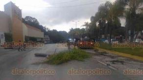 """Xalapa, Ver., 22 de septiembre de 2019.- Otro conductor perdió el control de su camioneta en la Xalapa-Coatepec, altura hotel """"Bambú""""; sólo se reportaron daños materiales."""