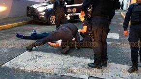 Xalapa, Ver., 13 de octubre de 2019.- Policías municipales interceptaron a un hombre que alteraba el orden en la calle Victoria, en el Centro. Lo persiguieron y, empujado por los elementos, al caer al suelo se golpeó la cabeza, quedando tirado en la calle Azueta, entre Altamirano y Victoria.