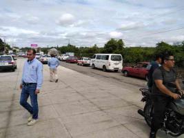 Poza Rica, Ver., 17 de octubre de 2019.- Este jueves, por dos horas, taxistas bloquearon la carretera Poza Rica-Coatzintla debido a que el único carril habilitado para pasar fue raspado por la empresa GYBSA pese a las lluvias de la temporada, sufriendo daños sus vehículos.