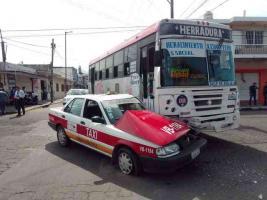 Veracruz, Ver., 17 de octubre de 2019.- Un taxi y un camión urbano chocaron en el cruce de la avenida Victoria y la calle de Juan Soto, la tarde de este jueves.