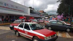 Xalapa, Ver., 18 de octubre de 2019.- Tras ser atendidos por personal de Tránsito, los taxistas de Coscomatepec se retiraron de la capital, escoltados por agentes motorizados.