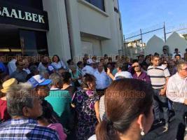 Boca del Río, Ver., 19 de octubre de 2019.- Con el argumento de que aún no llegaban las papeletas de votación, militantes del Distrito 12 esperaron bajo el sol para ingresar al edificio y elegir a Delegados de MORENA. Hubo gran retraso pero todos aguantaron.