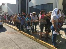 Boca del Río, Ver., 19 de octubre de 2019.- Soportando el sol, militantes del Distrito 12 de MORENA que participarán en la elección de Delegados hacen fila para ingresar al edificio donde se efectuarán los comicios internos.
