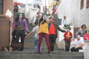 Xalapa, Ver., 19 de octubre de 2019.- Ciudadanos se disfrazaron como el Guasón y bailaron en las escaleras del Barrio Xallitic.