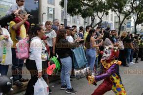 Ciudad de México, 19 de octubre de 2019.- Miles de zombies tomaron las calles del centro de la ciudad durante la marcha número 12, en una convivencia social y familiar en pro de ayudar a grupos vulnerables con donaciones a un banco de alimentos.